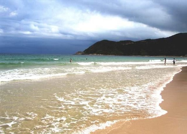 """金石滩旅游度假区位于辽东半岛黄海之滨,距大连市中心50公里。1988年,被确定为国家级风景名胜区;1992年10月,国务院批准成立国家旅游度假区。2000年被评为全国首批国家AAAA级旅游景区,2002年通过了ISO9001和ISO14001国际质量与环境体系认证。全区主要由东部半岛、西部半岛和两个半岛之间的开阔腹地和海水浴场组成。陆地面积62平方公里,海域面积58平方公里,海岸线长30公里,这里三面环海,四季分明,冬无严寒,夏无酷暑,海域不淤不冻,属暖温带半湿润气候,有""""东北小江南"""""""